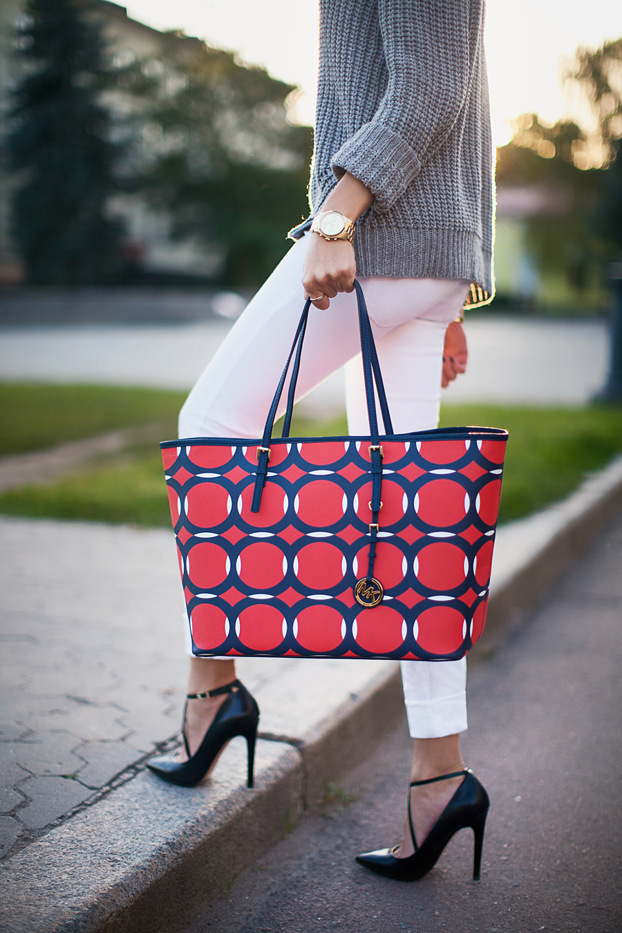 michael-kors-jet-set-red-and-blue-printed-tote