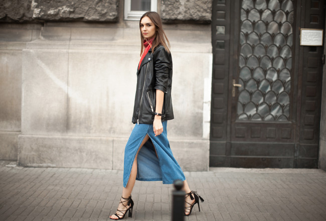 long-denim-skirt-leather-jacket-outfit-streets-tyle